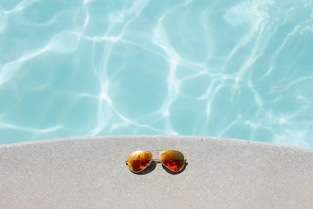 Brýle u bazénu