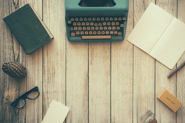 psací stroj, kniha a zápisník