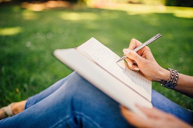 psaní na kolenou