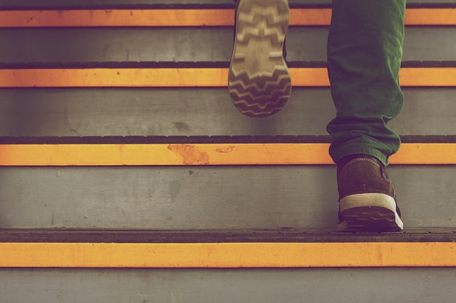chůze po schodech.jpg