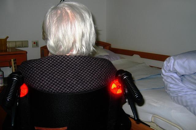 stařenka na vozíku